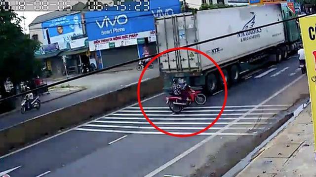 """Quảng Trị: Sang đường mà """"quên"""" quan sát, nữ ninja lao vào container nhưng may mắn thoát chết"""