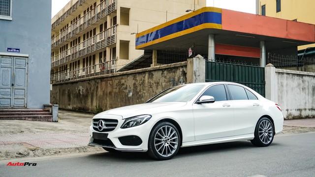 Mercedes-Benz C300 AMG nội thất màu hiếm vừa lăn bánh hơn 6.000 km đã được rao bán với khoản khấu hao cả trăm triệu đồng - Ảnh 1.