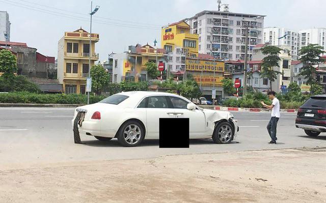 Hà Nội: Rolls-Royce Ghost nát má sau va chạm với xe máy - Ảnh 1.