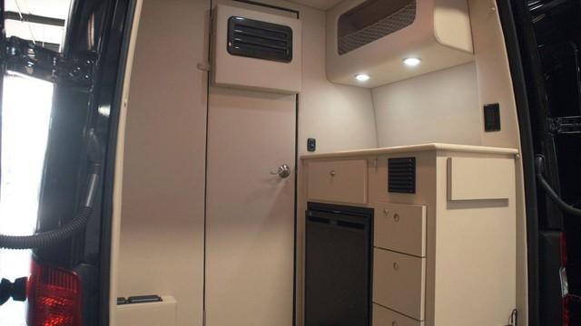 Trông thế này thôi nhưng chiếc Mercedes-Benz Sprinter này có cả phòng tắm lẫn nhà bếp - Ảnh 4.