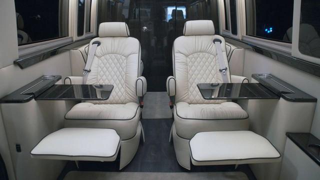 Trông thế này thôi nhưng chiếc Mercedes-Benz Sprinter này có cả phòng tắm lẫn nhà bếp - Ảnh 2.