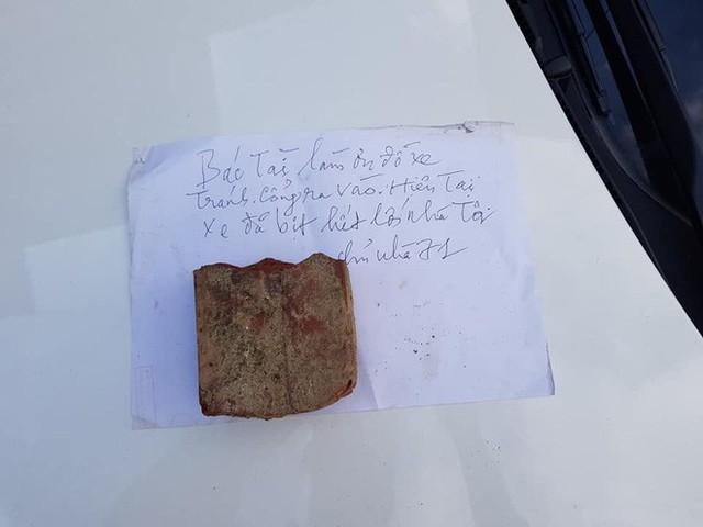 Viên gạch cùng mảnh giấy đặt trên nắp capo và lời cảnh cáo thâm thúy gửi người tài xế - Ảnh 2.
