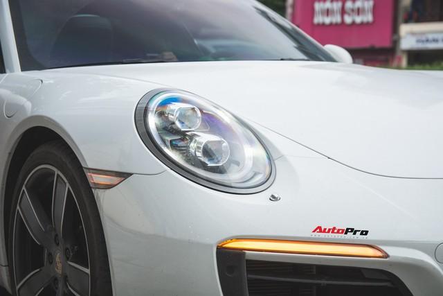 Thêm nửa tỷ đồng phụ kiện, Porsche 911 Carrera màu trắng chính hãng đầu tiên tại Hà Nội khoe dáng trên phố - Ảnh 5.