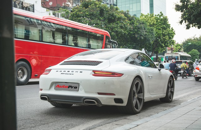 Thêm nửa tỷ đồng phụ kiện, Porsche 911 Carrera màu trắng chính hãng đầu tiên tại Hà Nội khoe dáng trên phố - Ảnh 9.
