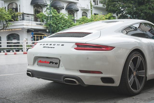 Thêm nửa tỷ đồng phụ kiện, Porsche 911 Carrera màu trắng chính hãng đầu tiên tại Hà Nội khoe dáng trên phố - Ảnh 10.