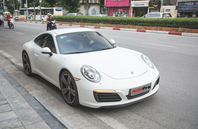 Thêm nửa tỷ đồng phụ kiện, Porsche 911 Carrera màu trắng chính hãng đầu tiên tại Hà Nội khoe dáng trên phố - Ảnh 2.