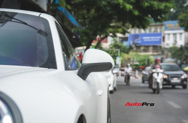 Thêm nửa tỷ đồng phụ kiện, Porsche 911 Carrera màu trắng chính hãng đầu tiên tại Hà Nội khoe dáng trên phố - Ảnh 7.
