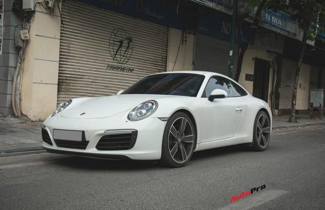 Thêm nửa tỷ đồng phụ kiện, Porsche 911 Carrera màu trắng chính hãng đầu tiên tại Hà Nội khoe dáng trên phố - Ảnh 1.