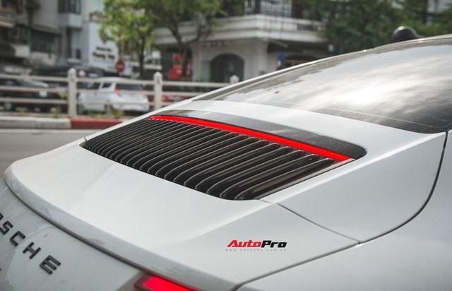 Thêm nửa tỷ đồng phụ kiện, Porsche 911 Carrera màu trắng chính hãng đầu tiên tại Hà Nội khoe dáng trên phố - Ảnh 13.