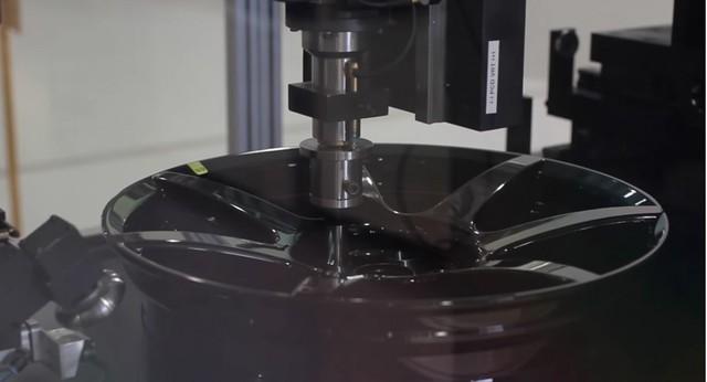 Hóa ra đây là cách chế tạo la zăng bằng sợi carbon trên siêu xe Ferrari - Ảnh 1.