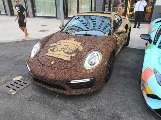 Dân chơi nghiện caffeine bọc Porsche 911 Turbo S bằng hạt cà phê - Ảnh 1.