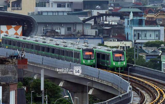 Ảnh: 4 đoàn tàu đường sắt trên cao bất ngờ di chuyển trong mưa trước ngày chạy thử - Ảnh 1.