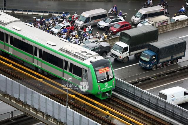Ảnh: 4 đoàn tàu đường sắt trên cao bất ngờ di chuyển trong mưa trước ngày chạy thử - Ảnh 9.