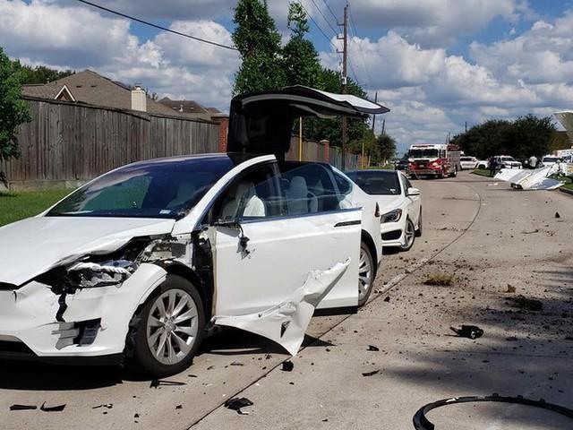 Tai nạn hi hữu: xe Tesla bị cả một cái máy bay đâm trúng, người trong xe không hề hấn gì - Ảnh 3.