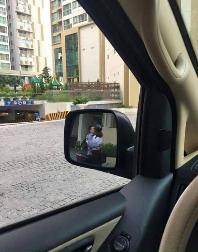 Đang cần lùi xe gấp lại gặp cặp đôi hôn nhau thắm thiết chắn đường, tài xế hỏi: Theo các mẹ nên bấm còi hay không? - Ảnh 1.
