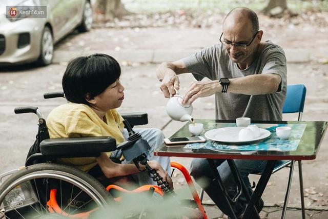 Chuyện tình cổ tích của chàng kỹ sư Úc từ bỏ xe phân khối lớn để lái xe lăn cho người vợ khuyết tật ở Hà Nội - Ảnh 3.