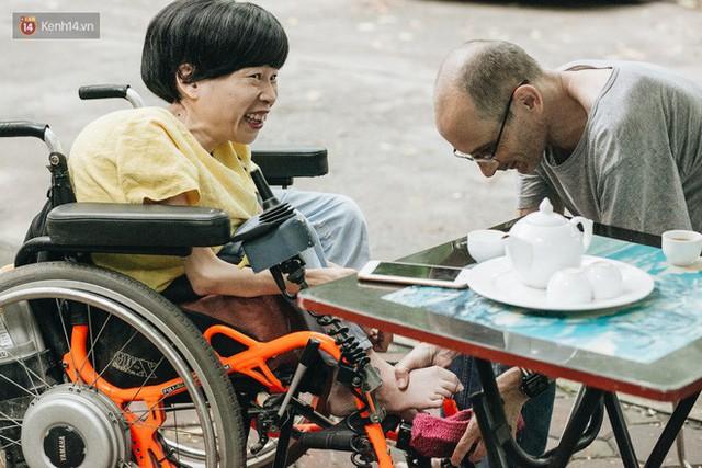 Chuyện tình cổ tích của chàng kỹ sư Úc từ bỏ xe phân khối lớn để lái xe lăn cho người vợ khuyết tật ở Hà Nội - Ảnh 9.