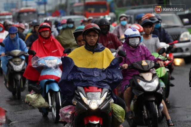 Người dân đội mưa ùn ùn trở về Sài Gòn sau kỳ nghỉ lễ Quốc khánh, cửa ngõ phía Tây ùn tắc kéo dài - Ảnh 1.