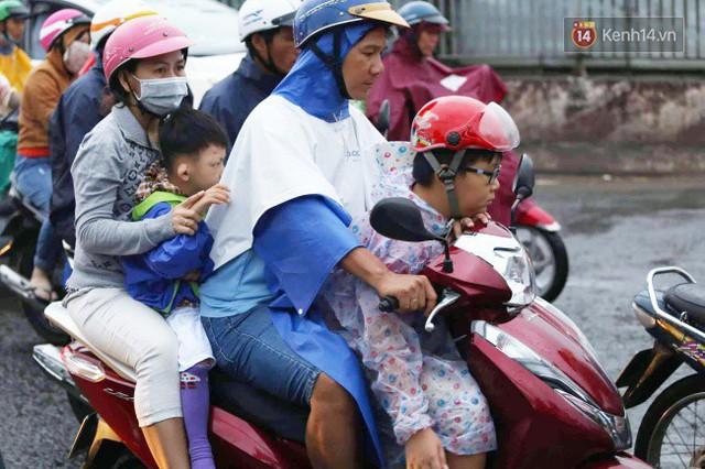 Người dân đội mưa ùn ùn trở về Sài Gòn sau kỳ nghỉ lễ Quốc khánh, cửa ngõ phía Tây ùn tắc kéo dài - Ảnh 11.