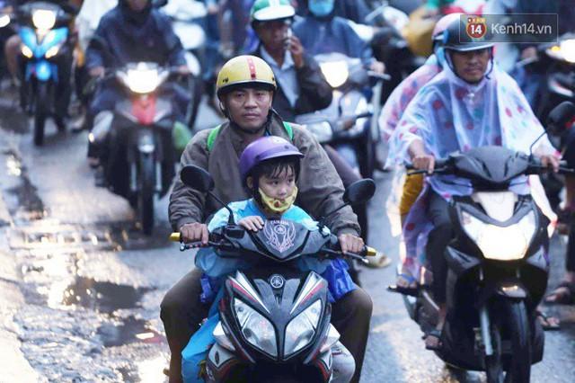 Người dân đội mưa ùn ùn trở về Sài Gòn sau kỳ nghỉ lễ Quốc khánh, cửa ngõ phía Tây ùn tắc kéo dài - Ảnh 12.