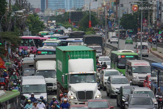Người dân đội mưa ùn ùn trở về Sài Gòn sau kỳ nghỉ lễ Quốc khánh, cửa ngõ phía Tây ùn tắc kéo dài - Ảnh 3.