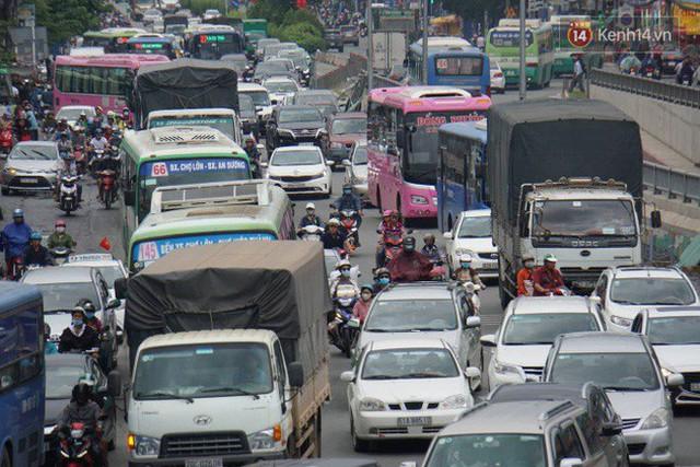 Người dân đội mưa ùn ùn trở về Sài Gòn sau kỳ nghỉ lễ Quốc khánh, cửa ngõ phía Tây ùn tắc kéo dài - Ảnh 5.