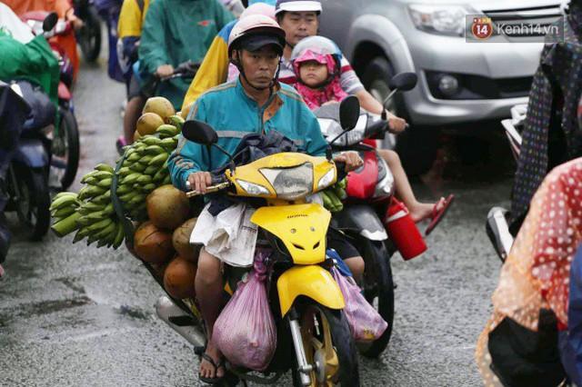 Người dân đội mưa ùn ùn trở về Sài Gòn sau kỳ nghỉ lễ Quốc khánh, cửa ngõ phía Tây ùn tắc kéo dài - Ảnh 6.