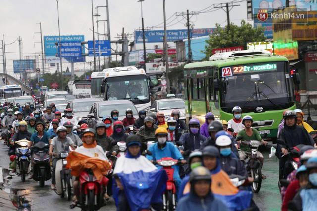 Người dân đội mưa ùn ùn trở về Sài Gòn sau kỳ nghỉ lễ Quốc khánh, cửa ngõ phía Tây ùn tắc kéo dài - Ảnh 7.