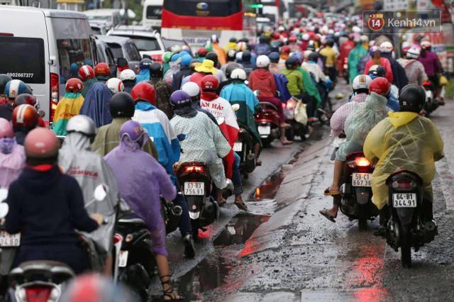 Người dân đội mưa ùn ùn trở về Sài Gòn sau kỳ nghỉ lễ Quốc khánh, cửa ngõ phía Tây ùn tắc kéo dài - Ảnh 8.