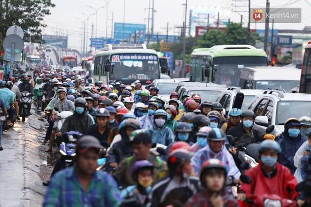 Người dân đội mưa ùn ùn trở về Sài Gòn sau kỳ nghỉ lễ Quốc khánh, cửa ngõ phía Tây ùn tắc kéo dài - Ảnh 9.