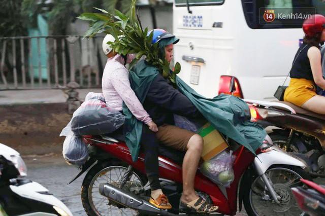 Người dân đội mưa ùn ùn trở về Sài Gòn sau kỳ nghỉ lễ Quốc khánh, cửa ngõ phía Tây ùn tắc kéo dài - Ảnh 10.