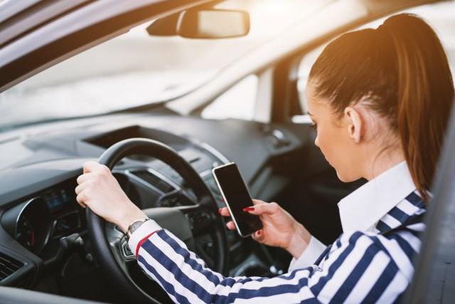 8 việc tuyệt đối không làm khi đặt chân lên xe ô tô: Điều thứ 3 các bà vợ hay mắc nhất! - Ảnh 5.