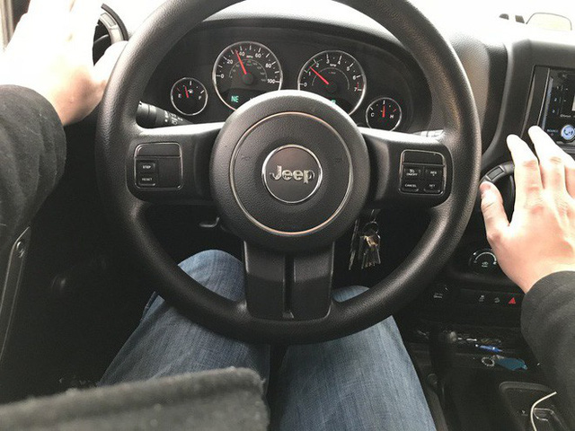 8 việc tuyệt đối không làm khi đặt chân lên xe ô tô: Điều thứ 3 các bà vợ hay mắc nhất! - Ảnh 8.