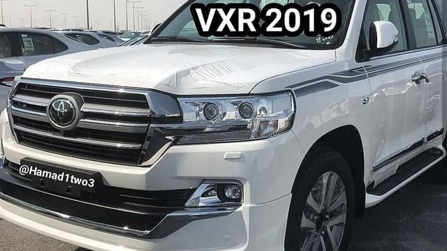 Toyota Land Cruiser và Lexus LX570 2019 lộ thêm ảnh từ trong ra ngoài