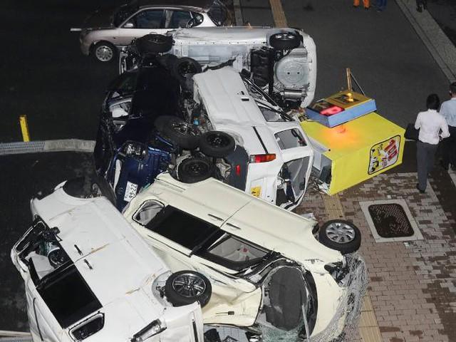 Ô tô lật ngửa, dồn đống vì bão Jebi mạnh nhất trong vòng 25 năm qua càn quét Nhật Bản - Ảnh 2.