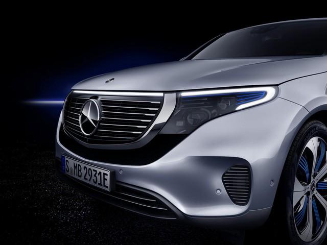 Mercedes-Benz ra mắt SUV điện đầu tiên EQC, chính thức khai chiến với Tesla - Ảnh 2.