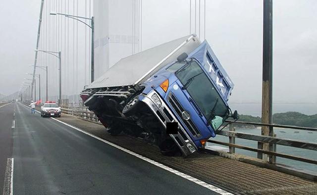 Ô tô lật ngửa, dồn đống vì bão Jebi mạnh nhất trong vòng 25 năm qua càn quét Nhật Bản - Ảnh 3.