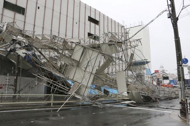 Ô tô lật ngửa, dồn đống vì bão Jebi mạnh nhất trong vòng 25 năm qua càn quét Nhật Bản - Ảnh 1.