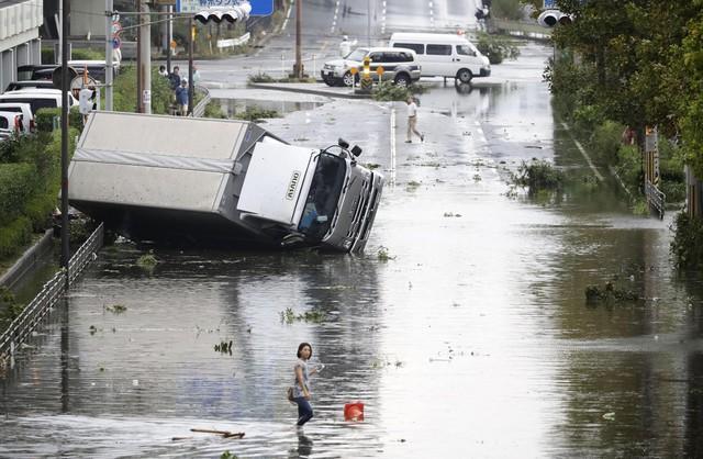 Ô tô lật ngửa, dồn đống vì bão Jebi mạnh nhất trong vòng 25 năm qua càn quét Nhật Bản - Ảnh 7.