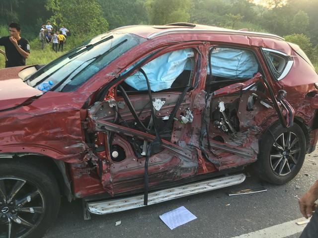 Tai nạn kinh hoàng giữa xe bồn chở xăng và Mazda CX-5: Xe cháy rụi, người an toàn - Ảnh 1.