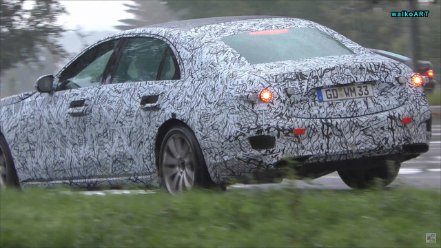 Mercedes-Benz S-Class 2020 chạy thử dưới mưa nhưng lại bị phát hiện ra điều mới mẻ này - Ảnh 2.