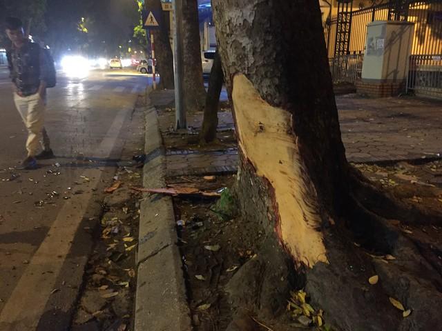 Tránh xe máy, BMW X5 toác đầu, lật ngang giữa đêm tại Hà Nội - Ảnh 2.