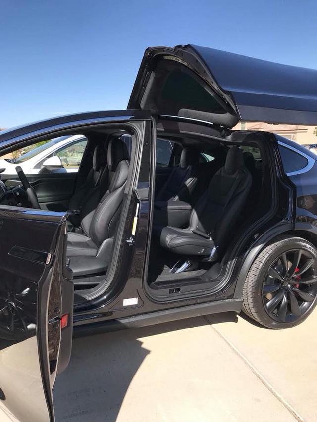 Chồng siêu mẫu Ngọc Thạch lột xác Tesla Model X theo phong cách nhà giàu Dubai - Ảnh 2.