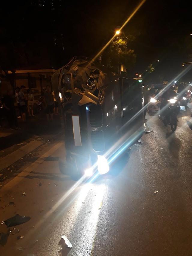Tránh xe máy, BMW X5 toác đầu, lật ngang giữa đêm tại Hà Nội - Ảnh 3.
