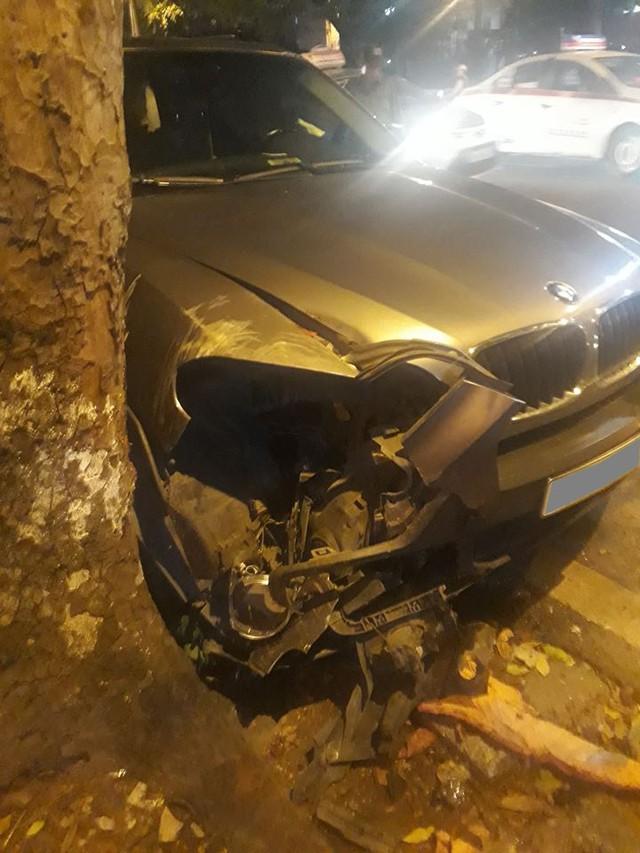 Tránh xe máy, BMW X5 toác đầu, lật ngang giữa đêm tại Hà Nội - Ảnh 1.