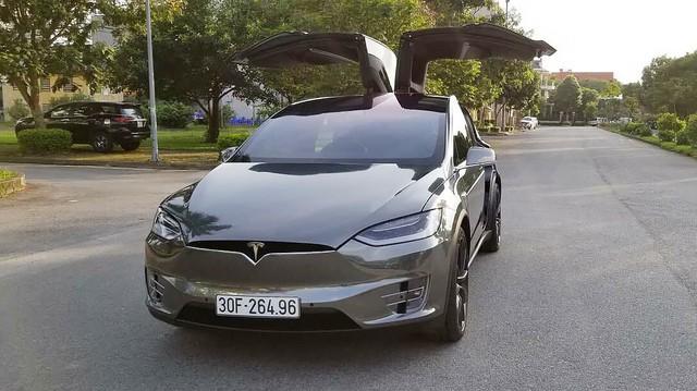 Chồng siêu mẫu Ngọc Thạch lột xác Tesla Model X theo phong cách nhà giàu Dubai
