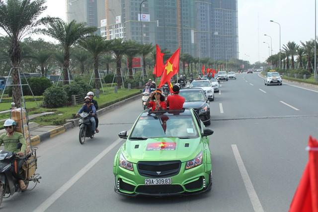 Hàng chục chiếc Chevrolet Cruze diễu hành cổ vũ tuyển bóng đá U23 Việt Nam - Ảnh 2.
