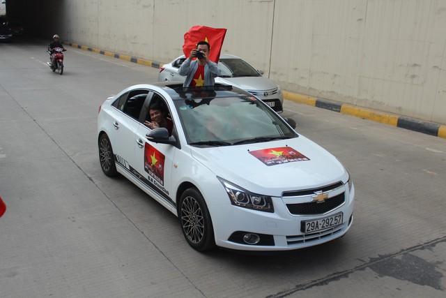 Hàng chục chiếc Chevrolet Cruze diễu hành cổ vũ tuyển bóng đá U23 Việt Nam - Ảnh 5.