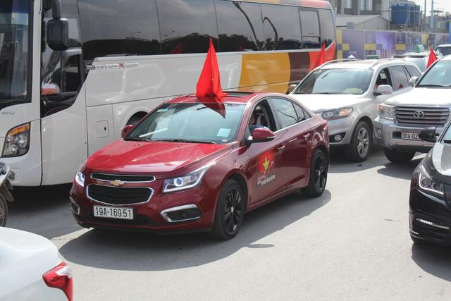 Hàng chục chiếc Chevrolet Cruze diễu hành cổ vũ tuyển bóng đá U23 Việt Nam - Ảnh 7.