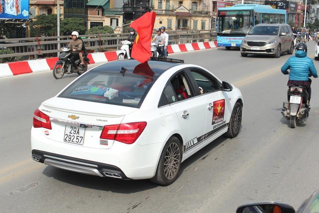 Hàng chục chiếc Chevrolet Cruze diễu hành cổ vũ tuyển bóng đá U23 Việt Nam - Ảnh 4.
